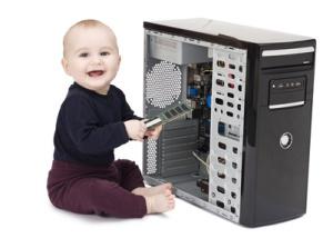 Kleinkind bastelt am Computer